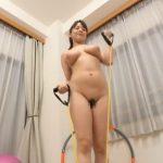 むちむちっとした曲線的な豊満ボディの三島奈津子さんが素っ裸で柔軟体操に縄跳び!