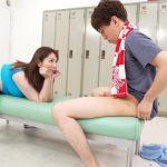 ジムの女子更衣室に一緒に閉じ込められた豊満なおばさんがハアハアしだした 翔田千里